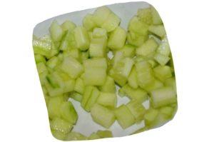Recette de salade de haricots blancs, tomates et concombre : dés de concombre