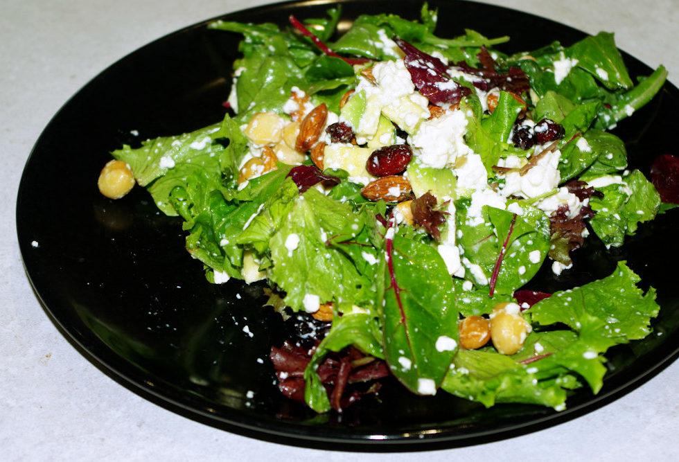 Recette d'entrée saine et délicieuse : salade de mesclun aux fruits secs et tofu