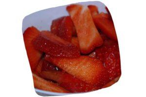 Tarte aux fraises et à la rhubarbe : morceaux de fraises