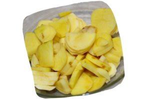 Recette du gratin saucisses de Toulouse aux poireaux : tranches de pommes de terre